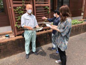今年度から花き生産コース教員として赴任された臼田先生に、二年生が『先輩』として実習の管理エリアを『解説・指導』!