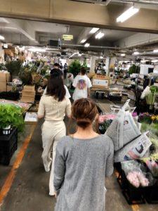 生花市場で花を選ぶ学生ら
