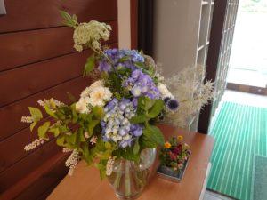 研修棟入り口に飾られた花