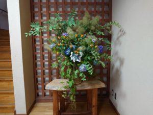 本館入り口正面に飾られた花