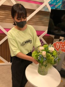 花を飾っている学生