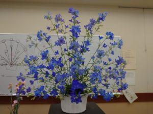 デルフィニュームの花で作られた扇型のアレンジメント