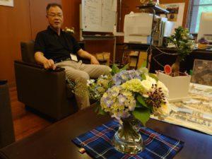 学長と飾られた花