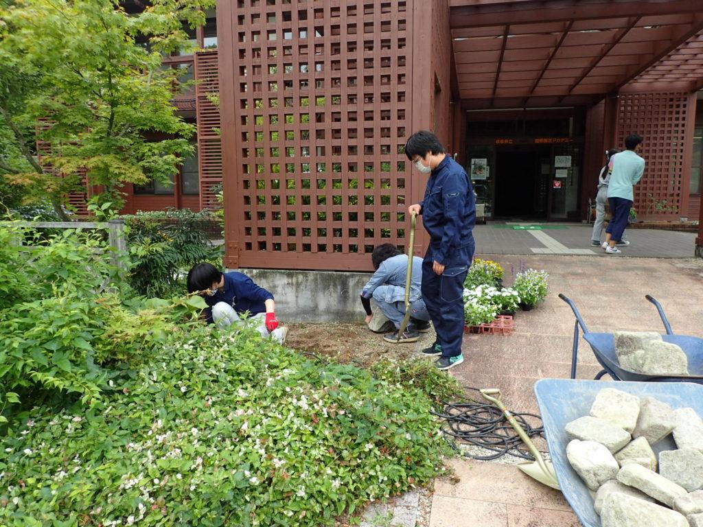 本館前花壇