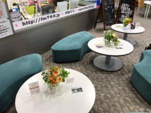 学生らが制作した花束が飾られている様子