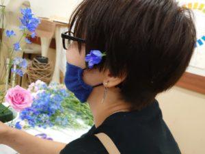 髪にデルフィニュームを挿している学生