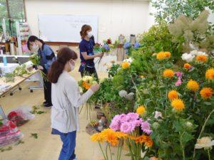 ディスプレイから花を選ぶ学生ら