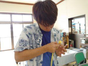 コサージを制作する学生