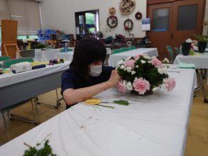 アレンジメントを制作する学生