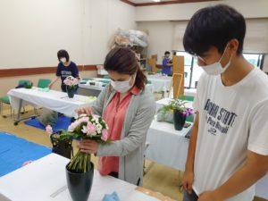安保先生の花束チェックを受ける学生
