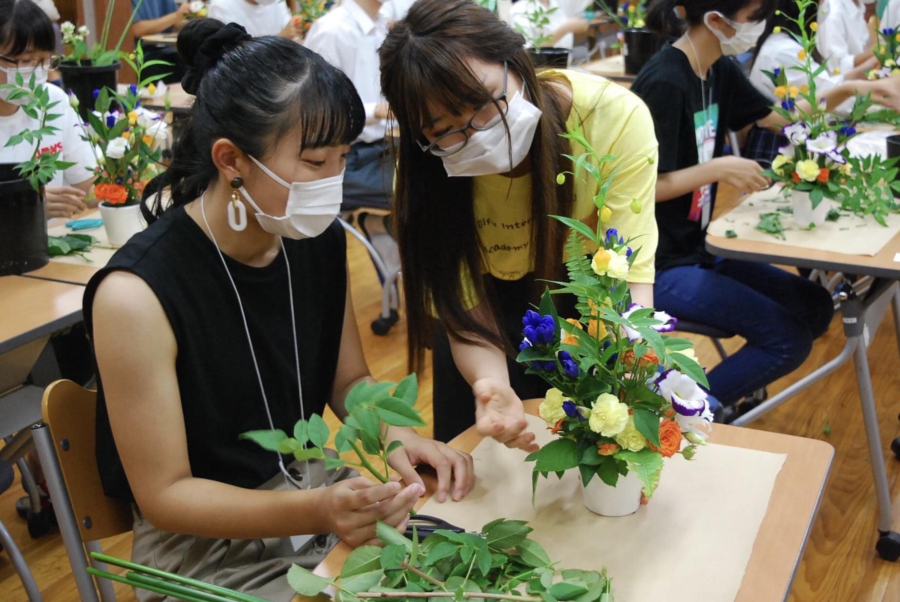 花き装飾コースの体験実習「フラワーアレンジメント制作」