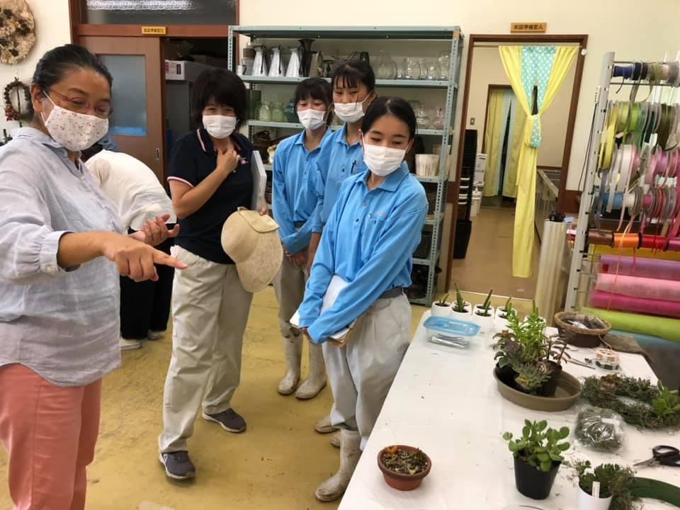 加茂農林高校では、花育にも力を入れているとのことで、小中学生対象に本日開催したアカデミー生涯学習講座『多肉植物の寄せ植え講座』も見学