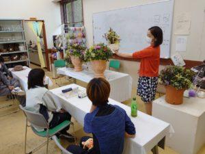 完成した寄せ植えを解説する福井先生