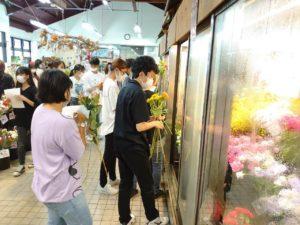 花を選ぶ学生ら