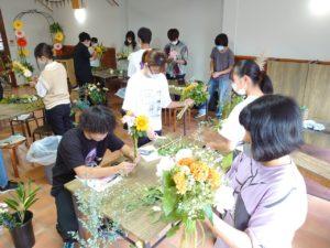花束を制作する学生ら