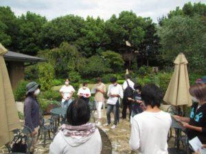 テラスガーデンで天野麻里絵さんの説明を聞く学生