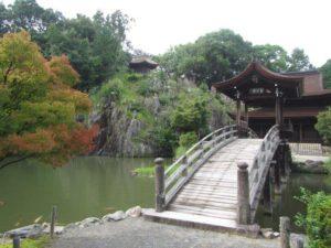 岩肌を水が流れる虎渓山永保寺の梵音巌
