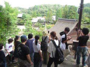 虎渓山永保寺六角堂から庭園を眺める