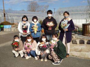 制作した花束を持つ学生ら