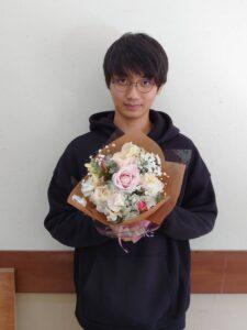 制作した花束を手にする学生