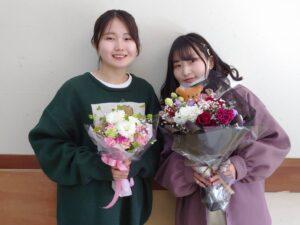 制作した花束を手にする学生ら