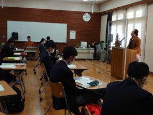 講演する卒業生の伊藤さん