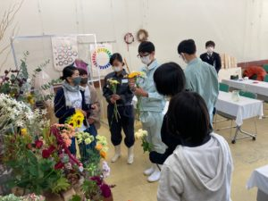 花束を制作する高校生ら