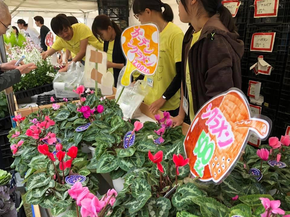 昨年10月の岐阜県農業フェスティバルでの花販売の様子