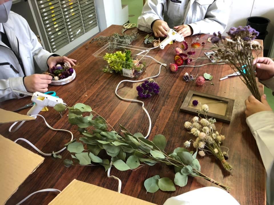 ドライフラワーを利用した花飾り制作