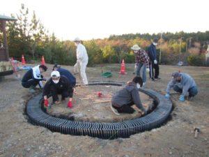 円形デザインのキャンプファイヤー場