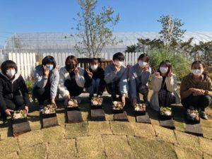 BOXフラワーと8人の学生ら