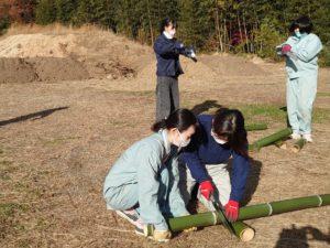 竹を加工して器を作る学生ら