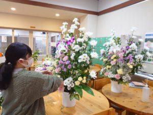 供花を制作する学生