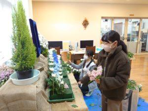 花祭壇を制作する学生