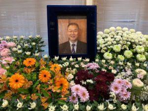 花祭壇の学長の写真