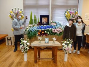 完成した花祭壇と制作した学生と学長