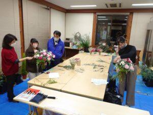 熟練技能士の指導を受ける学生と指導の様子を見守る生産コースの前田先生