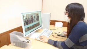 画像編集をする学生