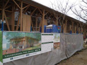 完成予想図と木材を多く使った建物