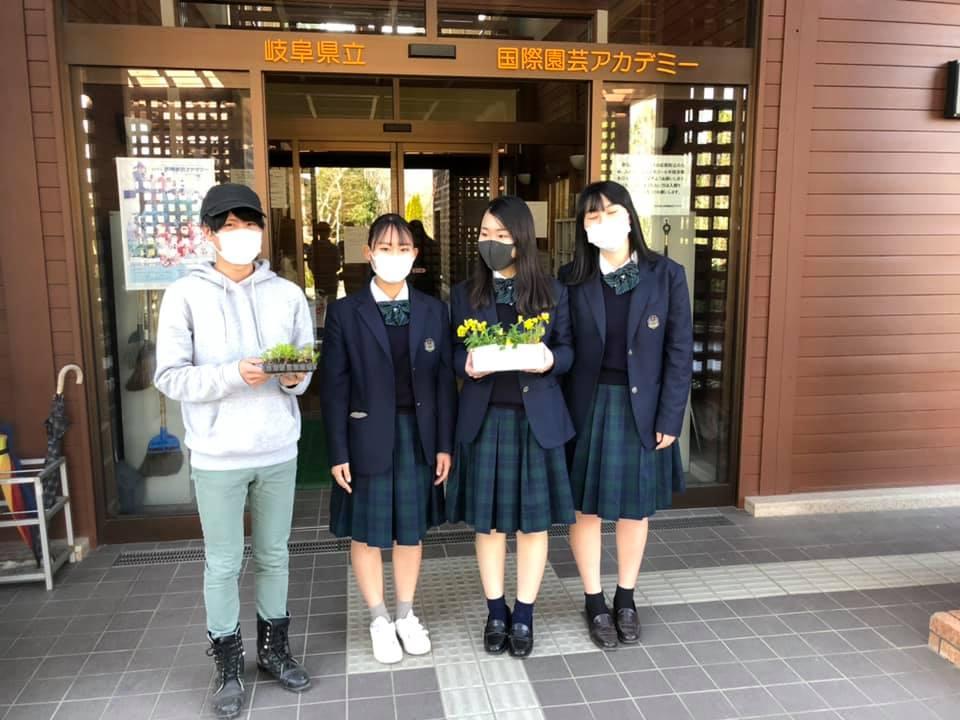 花き生産コース1年生と、加茂農林高校2年生