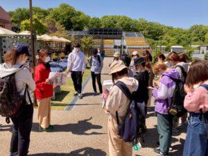 公園スタッフの卒業生から説明を受ける学生ら
