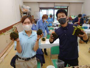 完成した苔玉を手にする学生ら