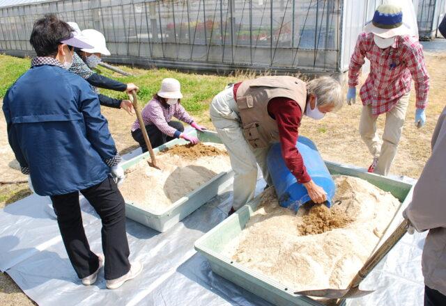 種菌として発酵済みのぼかし肥料を入れる