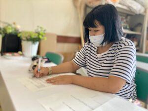 学科試験に挑む学生