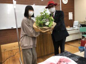 本日、加藤先生のお誕生日ということでサプライズの花束贈呈