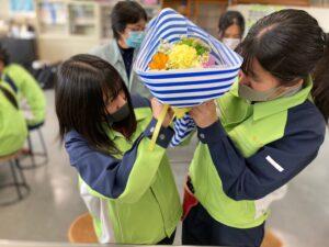 花束をラッピングする高校生ら