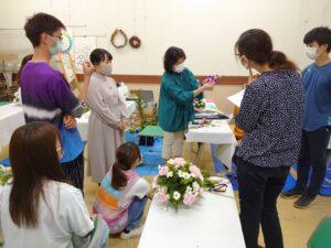 フラワー装飾技能士試験の練習をする学生らと指導する教員