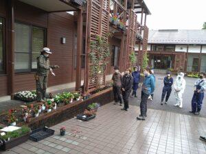 初めて花苗を植栽する学生もいることから、基礎から説明