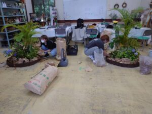 試験課題の練習をする学生ら