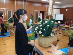 枕花を制作する学生